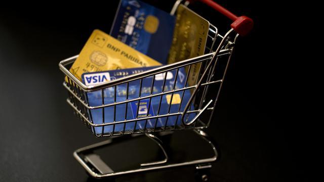 Un chariot de courses avec des cartes de crédit [Joel Saget / AFP/Archives]
