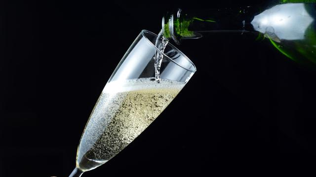 Une personne sert du champagne dans une coupe [Miguel Medina / AFP/Archives]