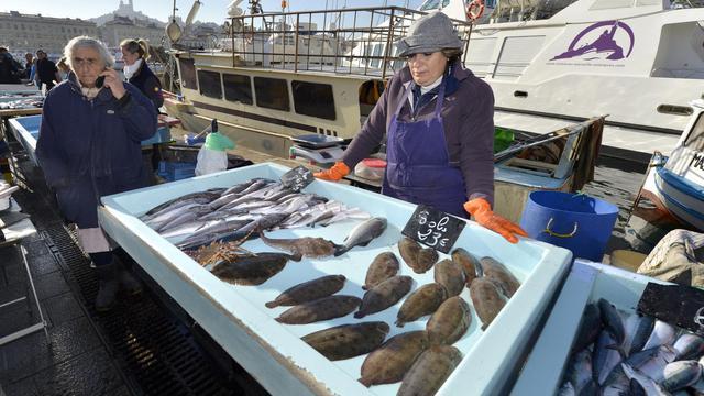 Des pêcheurs vendent du poisson sur le Vieux-Port de Marseille, le 7 janvier 2013 [Gerard Julien / AFP/Archives]