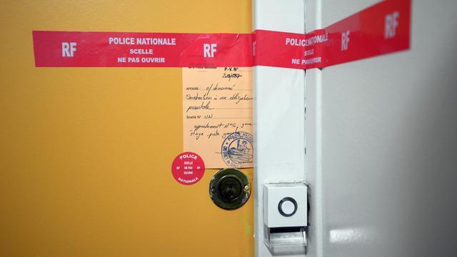 Des scellés posés sur la porte de l'appartement d'une famille recluse à Saint-Nazaire, le 9 janvier 2013.