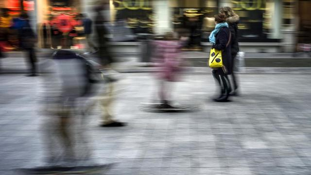 Des personnes marchent, le 9 janvier 2013, dans une rue commerçante de Lyon [Jeff Pachoud / AFP/Archives]