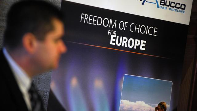 Un homme passe devant une affiche promouvant le projet de gazoduc Nabucco, le 10 janvier 2013 à Sofia [Nikolay Doychinov / AFP/Archives]