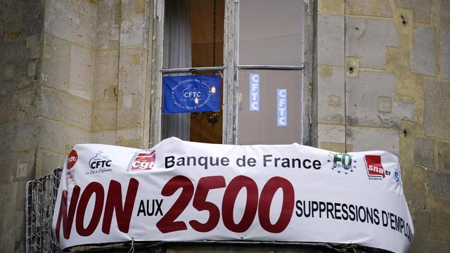 Un balcon de la Banque de France, à Paris, lors d'une manifestation des salariés contre les suppressions de postes le 29 janvier 2013 [Lionel Bonaventure / AFP/Archives]