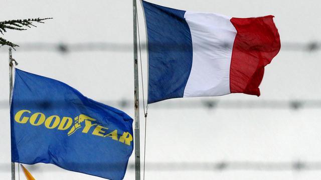 Un drapeau de l'entreprise Goodyear à côté d'un drapeau français, à l'entrée de l'usine d'Amiens, en janvier 2013 [Francois Nascimbeni / AFP/Archives]