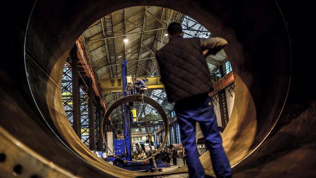 Un employé dans une usine [Jeff Pachoud / AFP/Archives]
