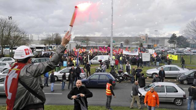 Des grévistes, en février 2013, devant l'usine PSA Peugeot Citroën d'Aulnay-sous-Bois [Pierre Verdy / AFP/Archives]
