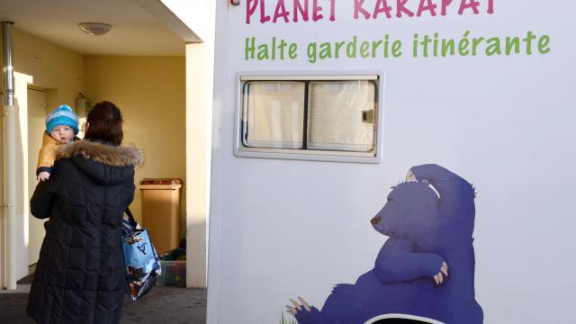 Une femme amène son enfant à une crèche itinérante, à Lovagny, en Haute-Savoie [Philippe Desmazes / AFP/Archives]