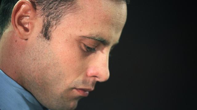 Oscar Pistorius lors d'une audition devant un tribunal de Pretoria pour le meurtre de sa petite amie, le 22 février 2013 [Alexander Joe / AFP/Archives]