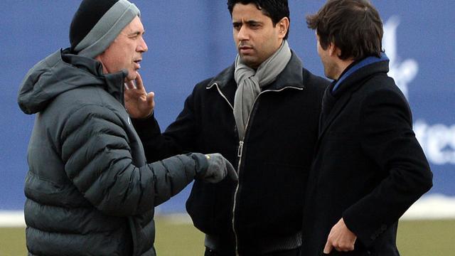 L'entraîneur du PSG Carlo Ancelotti (g) parle avec son président Nasser el-Khelaifi et Leonardo, le 5 mars 2013 à Paris [Franck Fife / AFP/Archives]