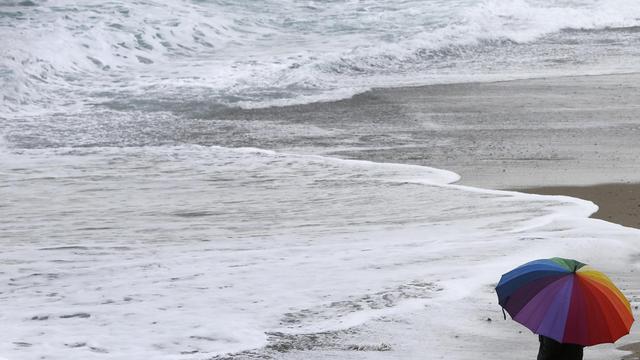 Un homme marche sur une place du sud de la France [Valery Hache / AFP/Archives]