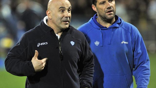 Le duo d'entraîneurs de Castres Laurent Travers (g) et Laurent Labit, lors d'un match contre Clermont au stade Marcel Michelin [Thierry Zoccolan / AFP/Archives]