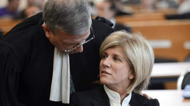 La députée PS Sylvie Andrieux parle avec son avocat Gaetan Di Marino, le 12 mars 2013 au tribunal de Marseille [Anne-Christine Poujoulat / AFP/Archives]