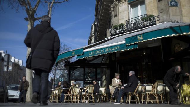 Des personnes à la terrasse d'un café de Paris, le 15 mars 2013 [Fred Dufour / AFP/Archives]