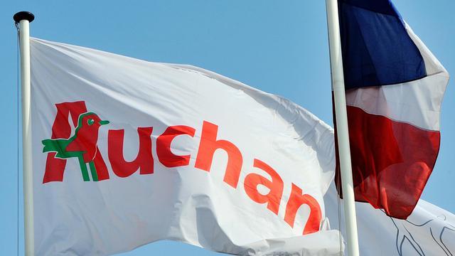 Un drapeau portant le logo Auchan [Phililppe Huguen / AFP/Archives]