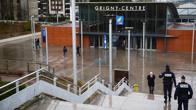 Des policiers patrouillent devant la gare de Grigny, le 19 mars 2013 [Martin Bureau / AFP/Archives]