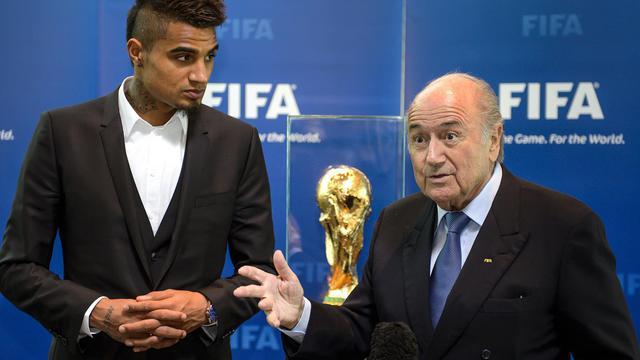 Le président de la Fifa, Sepp Blatter et le milieur de terrain de l'AC Milan Kevin-Prince Boateng, victimes d'insultes racistes, lors d'une rencontre le 22 mars 2013 à Zurich [Fabrice Coffrini / AFP/Archives]