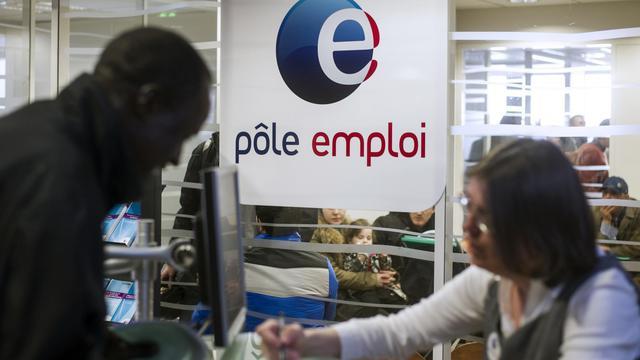 Une employée de Pôle emploi renseigne une personne, le 25 mars 2013 à Pantin en banlieue parisienne [Fred Dufour / AFP/Archives]