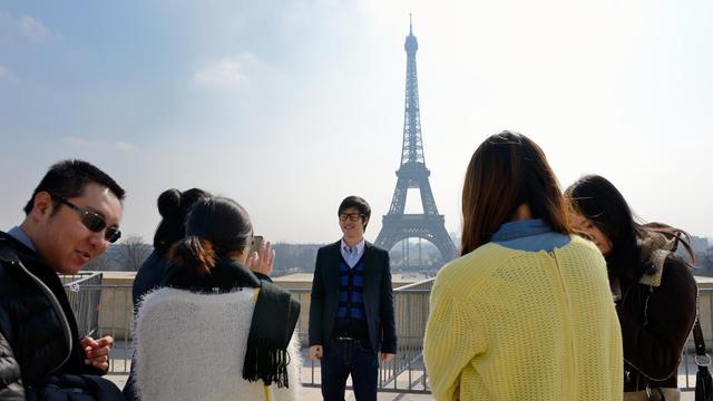 Des touristes chinois devant la Tour Eiffel, le 27 mars 2013 à Paris [Eric Feferberg / AFP/Archives]