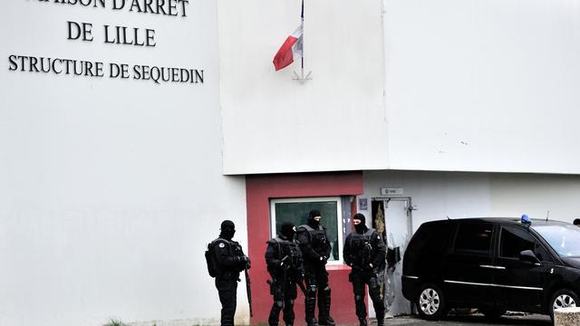 Des policiers devant la prison de Lille-Sequedin le 13 avril 2013 [Philippe Huguen / AFP/Archives]