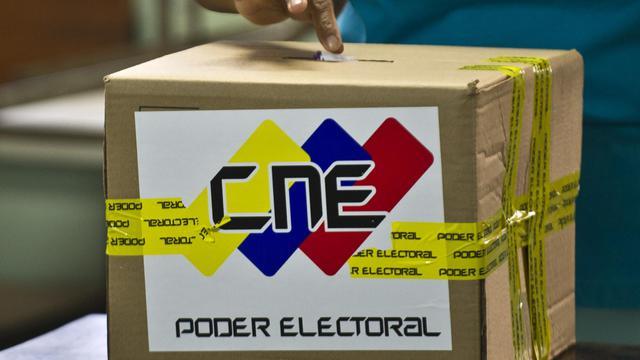 Une femme vote  lors de la présidentielle, le 14 avril 2013, à Caracas [Ronaldo Schemidt / AFP/Archives]