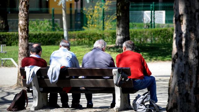 Des personnes âgées sur un banc [Jean-Pierre Clatot / AFP/Archives]