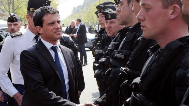 Manuel Valls rencontre les policiers, le 21 avril 2013, juste avant la manifestation anti-mariage homosexuel [Pierre Andrieu / AFP/Archives]