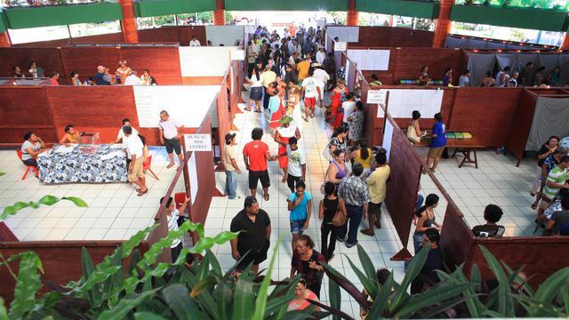 Des Polynésiens attendent de pouvoir voter pour le premier tour de l'éléction territoriale 2013, le 21 avril 2013 au bureau de Punauiaa [Gregory Boissy / AFP/Archives]