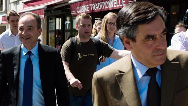 Francois Fillon et Jean-François Copé à la sortie d'un restaurant parisien où ils viennent de déjeuner, le 24 avril 2013 à Paris [Martin Bureau / AFP/Archives]