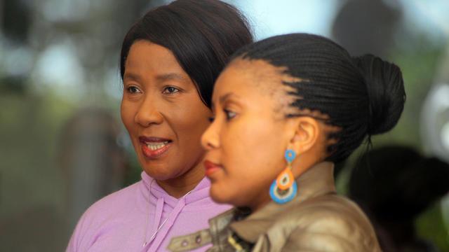 Makaziwe Mandela (g) et sa fille Tukwini Mandela, le 26 avril 2013 à Johannesburg [Jennifer Bruce / AFP/Archives]