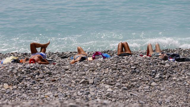 Des personnes sur la plage de Nice le 1er mai 2013 [Valery Hache / AFP/Archives]