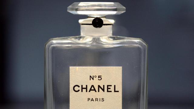 """Un flacon du parfum Chanel n°5, créé en 1921, est présenté à l'exposition  """"N°5 culture Chanel"""" au Palais de Tokyo, le 3 mai 2013 [Eric Feferberg / AFP/Archives]"""