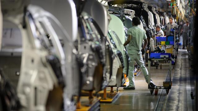 Un employé travaille sur la chaîne de montage de la Peugeot 2008 à l'usine de Mulhouse, le 7 mai 2013 [Sebastien Bozon / AFP/Archives]