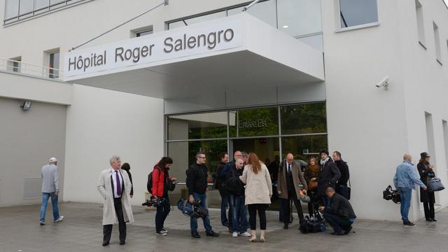 Des journalistes devant l'hôpital Roger Salengro de Lille le 11 mai 2013 [Denis Charlet / AFP/Archives]