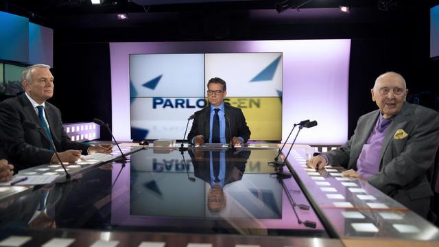 Le premier ministre Jean-Marc Ayrault et Daniel Cordier sur le plateau de la Chaine Parlementaire, le 14 mai 2013 [Martin Bureau / AFP]