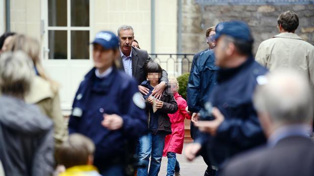 Des parents viennent chercher leurs enfants à l'école dans laquelle un homme s'est suicidé, le 16 mai 2013 à Paris [Martin Bureau / AFP/Archives]
