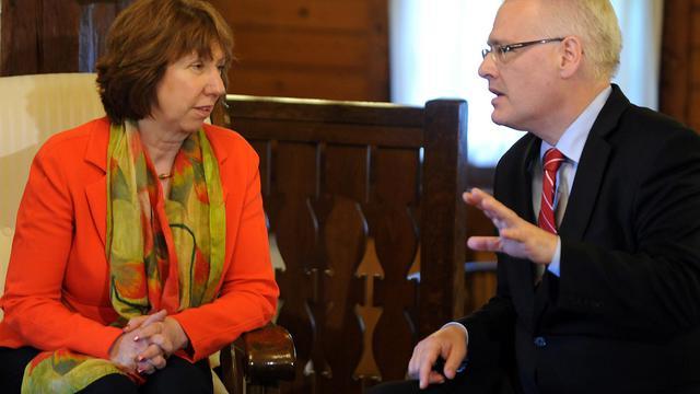 Le président de la Croatie Ivo Josipovic (d) et la chef de la diplomatie de l'UE Catherine Ashton, le 16 mai 2013 à Zagreb [ / AFP/Archives]