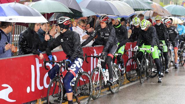 Les cyclistes attendent sous les parapluies avant le départ de la 12e étape du Tour d'Italie, le 16 mai 2013 [Luk Benies / AFP]