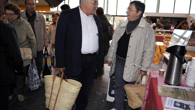 Le candidat socialiste à la législative partielle de la troisième circonscription du Lot-et-Garonne, Bernard Barral, le 18 mai 2013 au marché de Villeneuve-sur-Lot [Jean Pierre Muller / AFP/Archives]