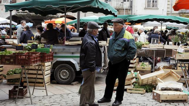 Des habitants de Villeneuve-sur-Lot sur la place du marché, le 18 mai 2013 [Jean Pierre Muller / AFP/Archives]
