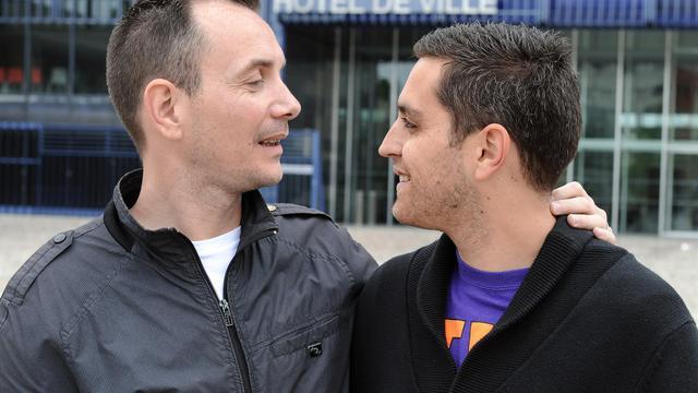 Vincent Autin (G) et Bruno Boileau, qui célèbreront leur mariage le 29 mai, posent le 18 mai 2013 devant l'Hôtel de ville de Montpellier [Pascal Guyot / AFP/Archives]