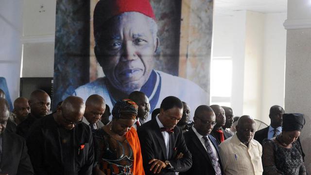 Recueillement devant le corps de Chinua Achebe, à l'aéroport d'Abuja, au Nigeria, le 21 mai 2013 [Pius Utomi Ekpei / AFP]