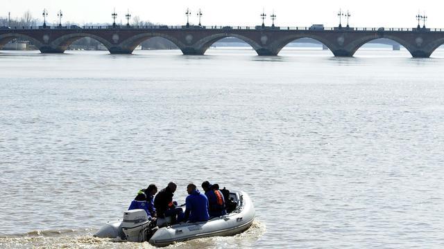Des plongeurs de la brigade nautique de la gendarmerie nationale sondent à l'aide d'un sonar embarqué, les fonds de la Garonne à Bordeaux en mars 2012 [Jean-Pierre Muller / AFP/Archives]