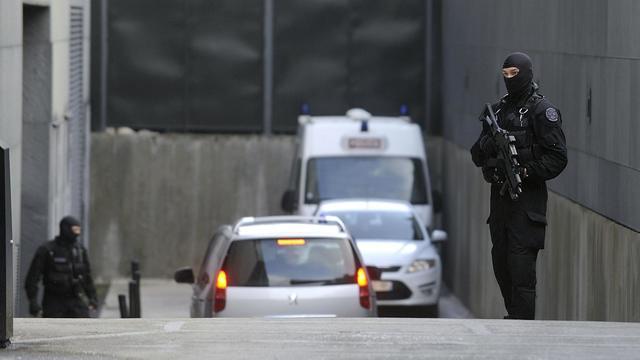 Une voiture de police transportant Tony Meilhon arrive aux assises à Nantes, sous protection policière, le 22 mai 2013 [Jean-Sebastien Evrard / AFP]