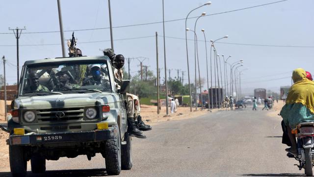 Des soldats nigériens patrouillent près d'Agadez, le 24 septembre 2010 [Issouf Sanogo / AFP/Archives]