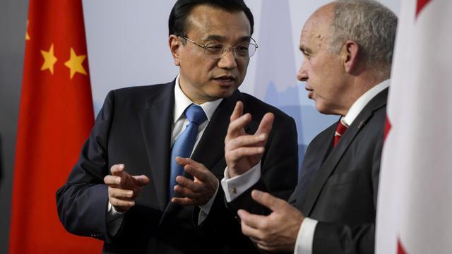 Le Premier ministre chinois  Li Kepiang (G) et le président suisse Ueli Maurer, le 24 mai 2013 à Kehrsatz près de Berne [Fabrice Coffrini / AFP]