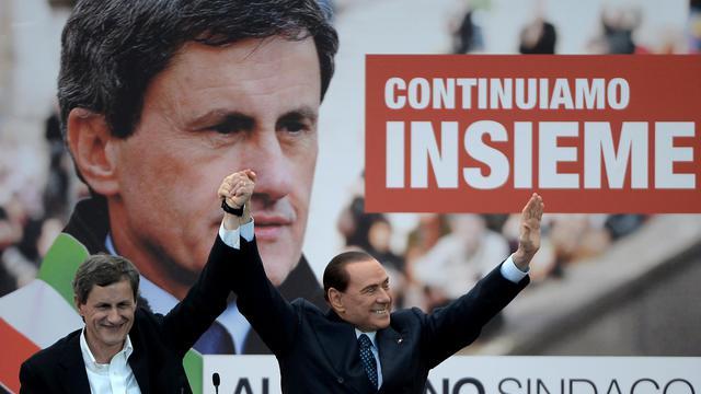 Gianni Alemanno, ex-néo fasciste, le 24 mai 2013 à Rome avec Silvio Berlusconi [Filippo Monteforte / AFP]