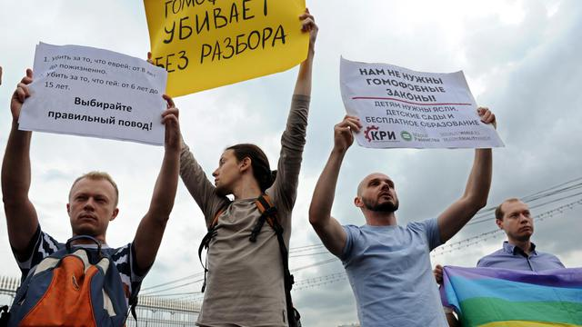Des militants pour la cause homosexuelle manifestent le 25 mai 2013 dans e centre de Moscou [Andrey Smirnov / AFP/Archives]
