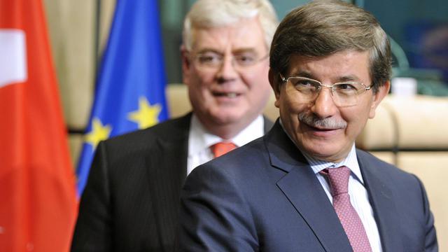 Le ministre turc des Affaires étrangères Ahmet Davutoglu (d) à Bruxelles le 27 mai 2013 [Georges Gobet / AFP]