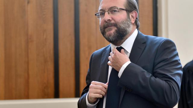 Gérard Dalongeville, ancien maire PS d'Hénin Beaumont arrive, le 27 mai 2013, au tribunal de Béthune pour l'ouverture de son procès pour détournements de fonds publics [Denis Charlet / AFP/Archives]