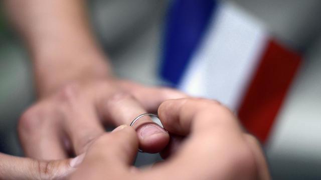 Dexu hommes échangent leurs alliances [Kenzo / AFP/Archives]